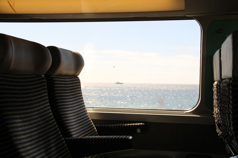 train-690200_1280